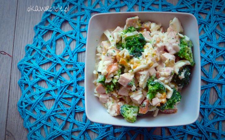 Fit sałatka z brokułem i wędzonym kurczakiem