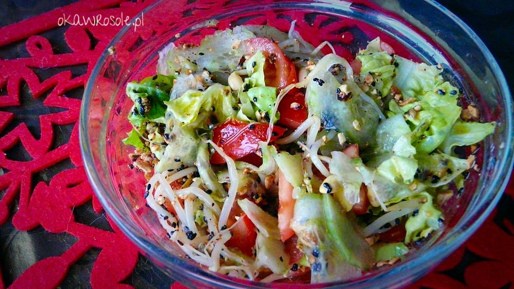 Orientalna sałatka z kiełkami soi, czarnym sezamem i prażonymi orzeszkami ziemnymi