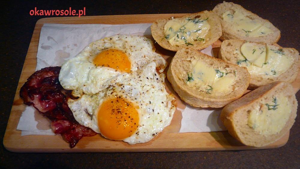 Jaja na bekonie z bagietką z czosnkowym masełkiem  domowej roboty