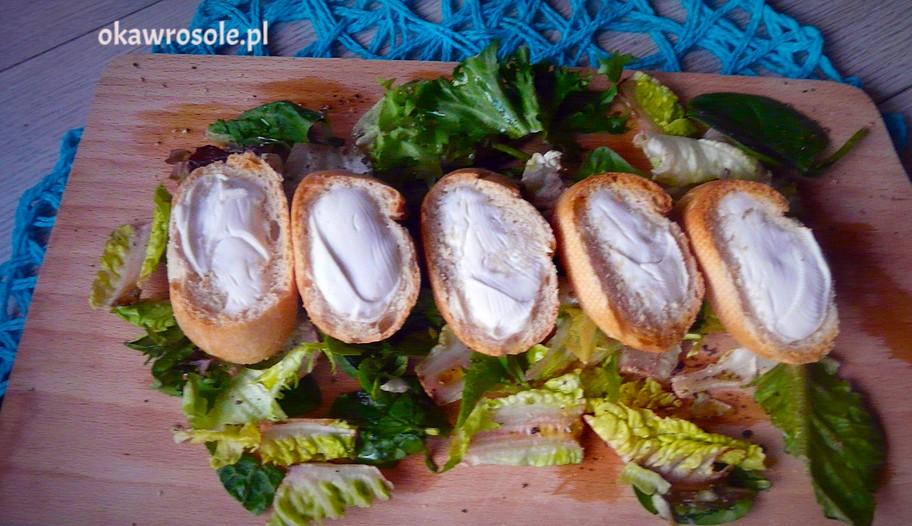 Grzanki z kozim serem na sałatach z oliwą i świeżo zmielonym pieprzem
