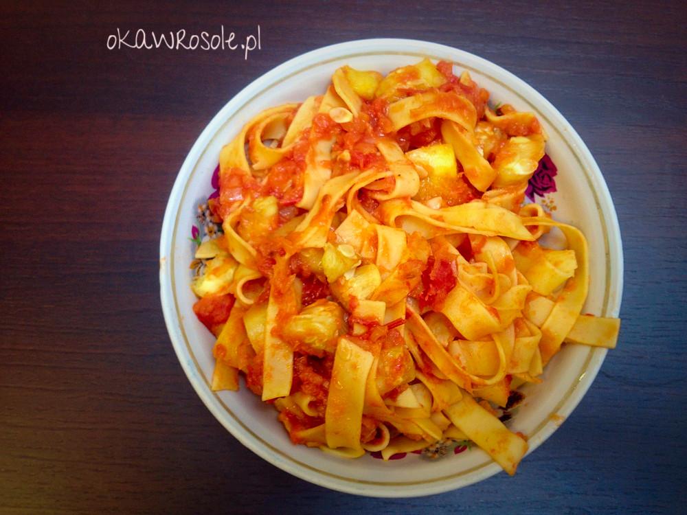 Makaron z cukinią, czosnkiem i pomidorami czyli wege obiad w kwadrans